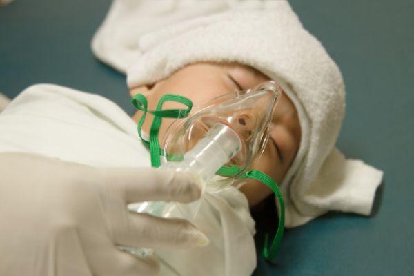 младенец с кислородной маской