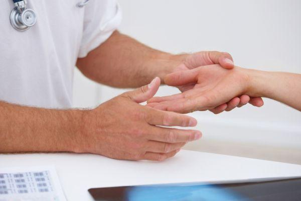 руки доктора и пациента