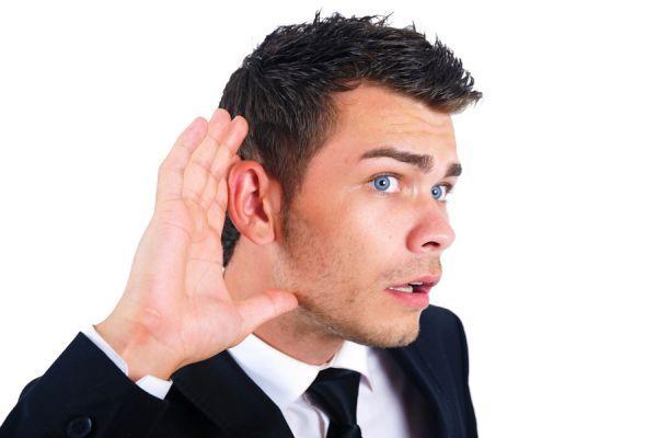 человек слушает
