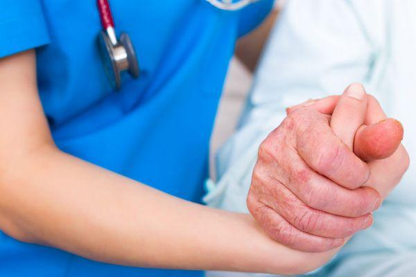 руки врача и больного человека