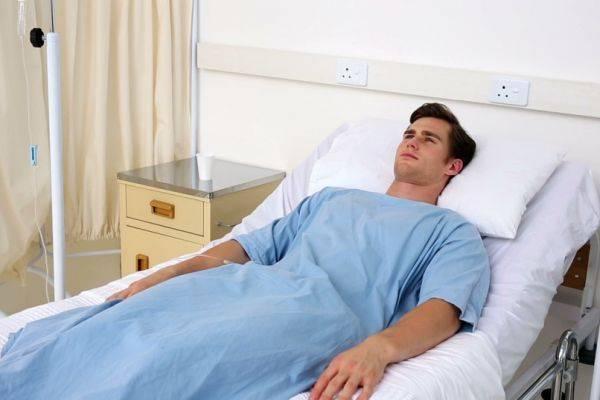 человек в больничной палате