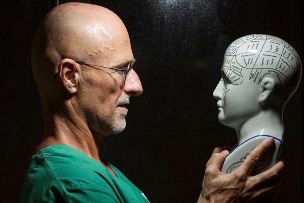 хирург с макетом головы