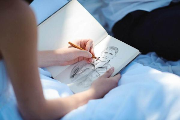 девушка рисует